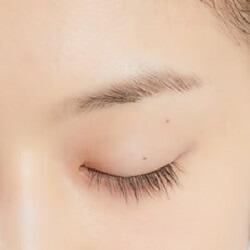 目頭と目尻側に少しだけ広く塗布する