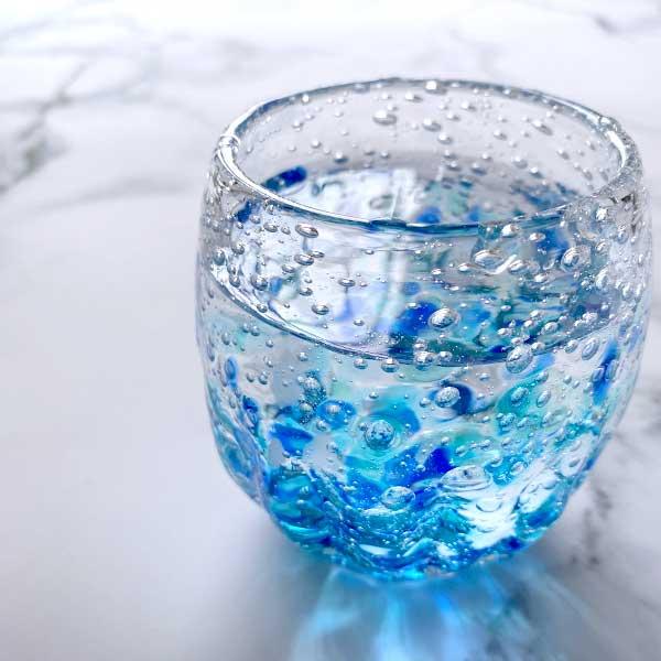 寝る前はコップ1杯の水を飲んでむくみ対策をする
